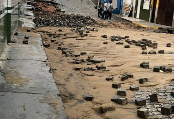 Temporal provoca queda de muro, arranca pedras de rua e alaga hospital em Itapetinga