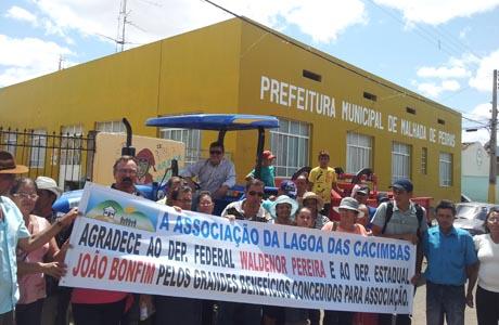 M. PEDRAS: BONFIM ENTREGA TRATOR A COMUNIDADE