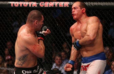 UFC: Cain domina, bate Cigano por nocaute e se firma como nº 1