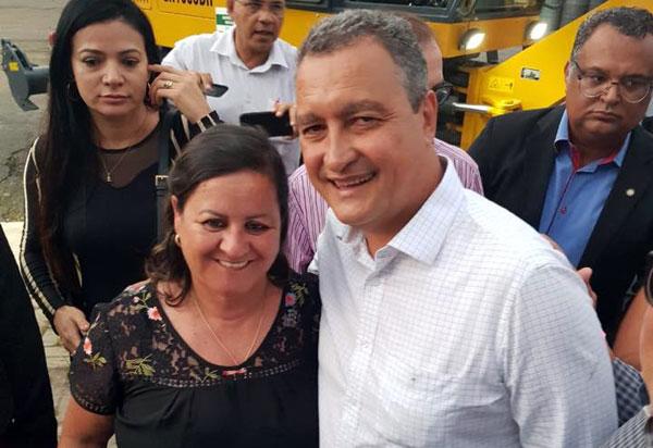A prefeita Lêda Matias participa de reunião com governador e Aracatu é contemplado com duas máquinas do consórcio da CIVARLEG