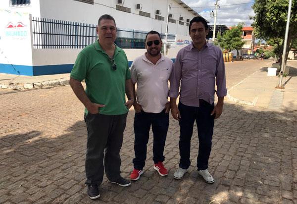 Brumado: vereador Léo Vasconcelos e pré-candidato a deputado estadual Márcio Moreira estiveram no Bairro Dr. Juracy acompanhando os preparativos do São João da Copa