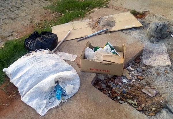 Moradora das imediações do Colégio Municipal Nice Públio denuncia que pessoas estão jogando lixo e entulho na calçada da escola