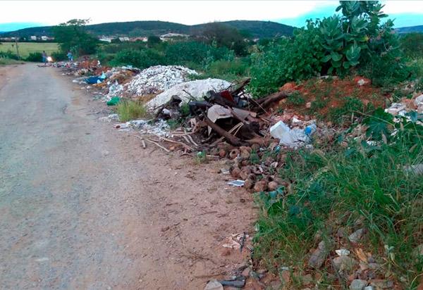 Brumadense denuncia que populares e estabelecimentos comerciais depositam lixo de forma irregular na 'estrada da cascalheira'