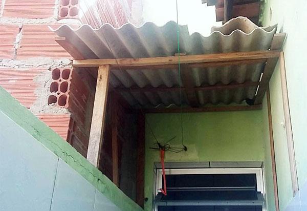 Brumadense pede doações de blocos e telhas para fazer cobertura do quintal de casa