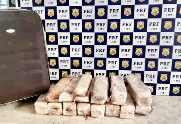Mulher é presa pela PRF em Vitória da Conquista (BA) transportando 26kg de maconha