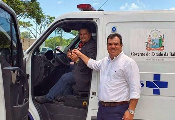 Deputado Marquinho Viana e prefeito Haroldo Aguiar, de Ibicoara, recebem ambulância furgão