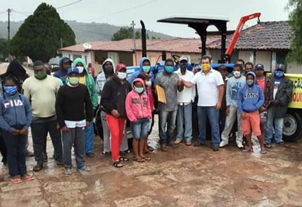 Barra da Estiva: Deputado Marquinho Viana participa da entrega de trator na comunidade do Camulengo