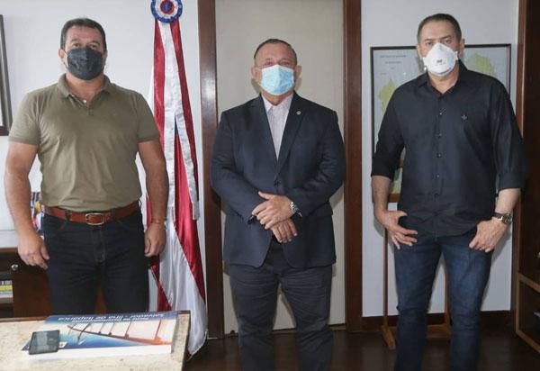 Deputado Marquinho Viana leva o ex-prefeito de Érico Cardoso para audiência com o Governador em exercício, deputado Adolfo Menezes