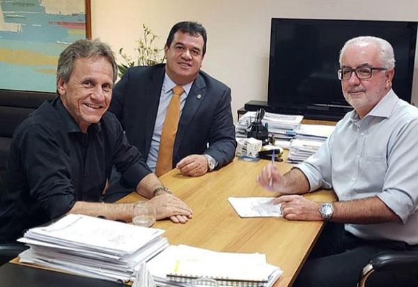 Deputado Marquinho Viana e prefeito de Dom Basílio estiveram em audiência com secretário Marcus Cavalcante
