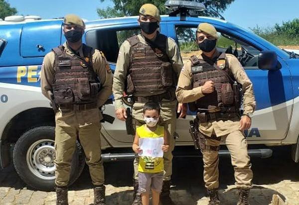 Brumado: Garoto de 04 anos presenteia policiais PETO da 34ª CIPM com história ilustrada
