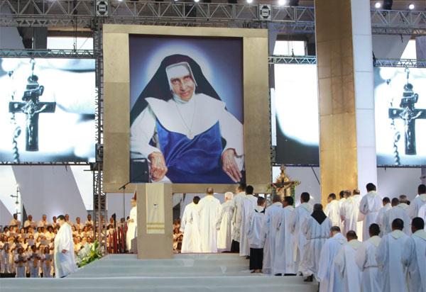 Fiéis participaram em Salvador da primeira celebração no Brasil pela canonização de Irmã Dulce