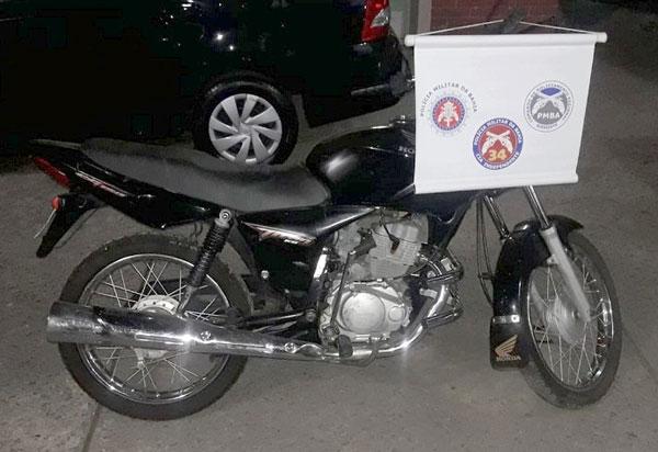 Polícia Militar recupera moto com restrição de furto/roubo no bairro Esconso