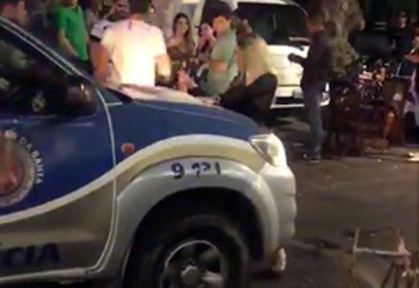 Salvador: mulher rebola e faz dança sensual em frente a viatura da Polícia Militar; veja o vídeo
