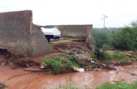 Brumado: Força da água de riacho derruba muro no Esconso