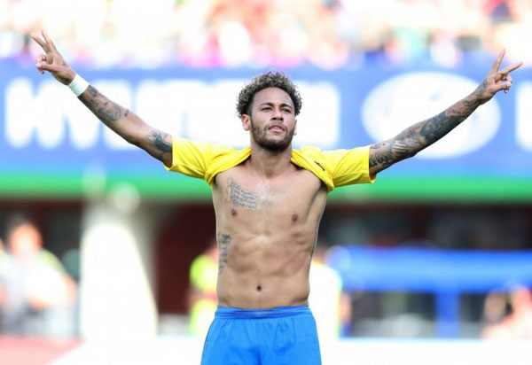 Neymar deixa treino com dores no tornozelo, mas, segundo a CBF, volta a treinar normalmente na quarta (20)