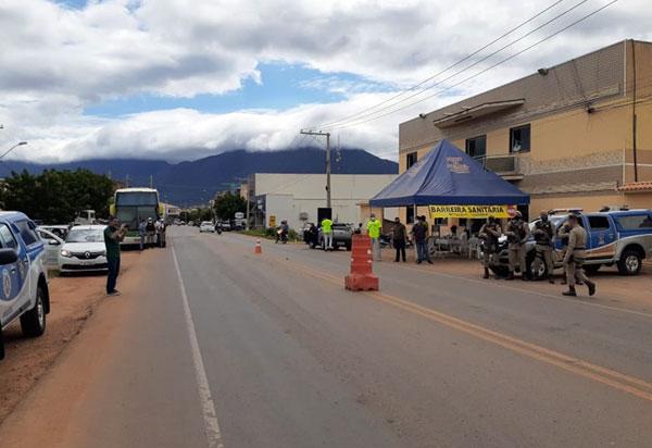 Polícia Militar apreende dois ônibus clandestinos por descumprimento de decreto estadual
