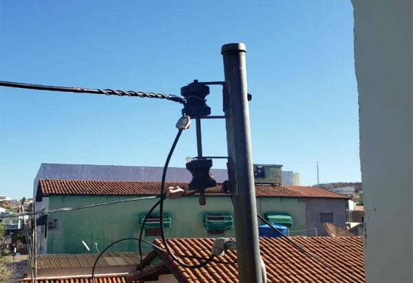 Brumado: Justiça condena Coelba a pagar indenização a cliente por cortar energia em um sábado, contrariando lei municipal