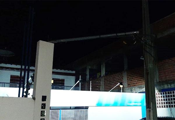 Livramento: caminhão arrasta fios elétricos e derruba padrão de energia de emissora de rádio ao passar pela Avenida Presidente Vargas