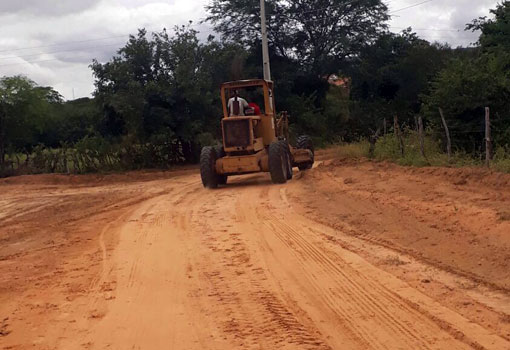 Aracatu: estradas vicinais da região de Lagoa das Caraibas recebem patrolamento