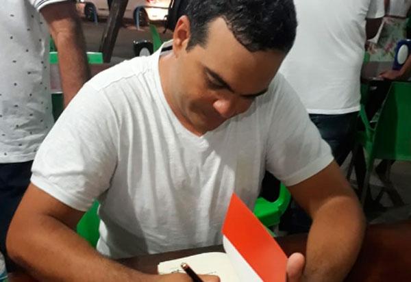 Brumado: Livro do Professor Paulo Esdras está concorrendo ao Prêmio Jabuti na categoria Romance Literário