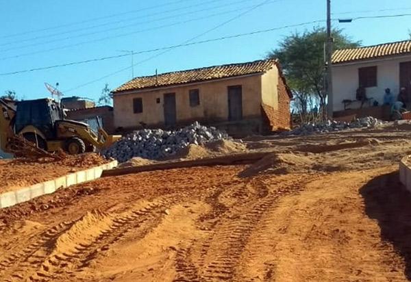 Brumado: vias do distrito de Samambaia estão recebendo pavimentação em paralelepípedos