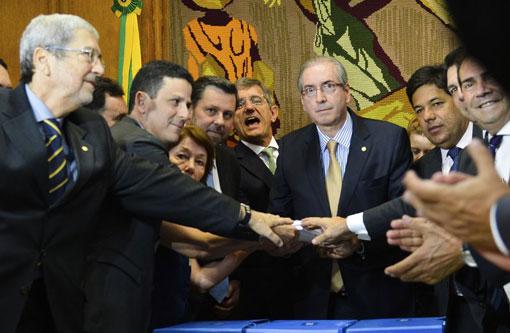Oposição entrega a Cunha novo pedido de impeachment contra Dilma