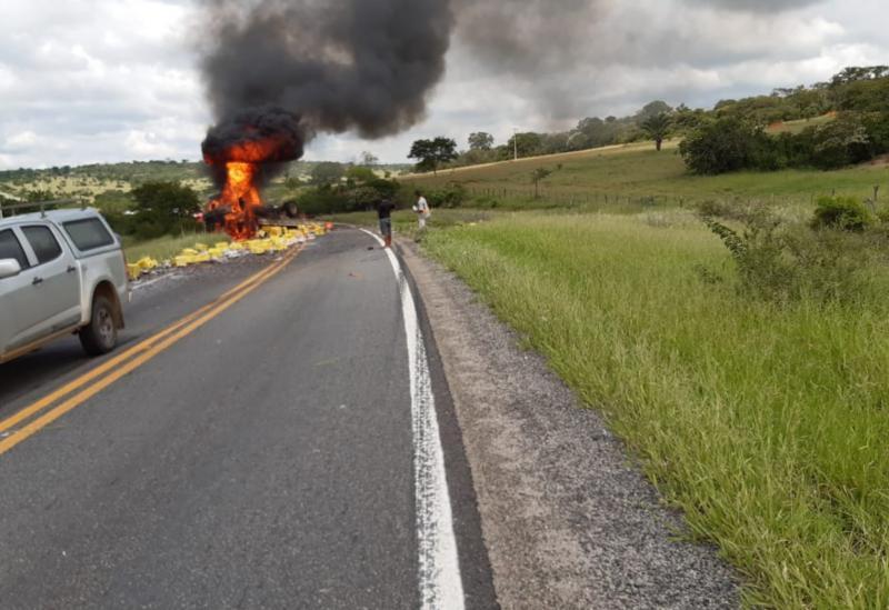 Caminhão de cervejaria de Brumado pega fogo após tombar em curva na BR-030
