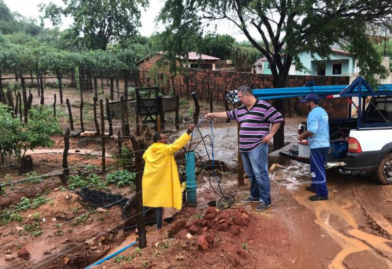 Brumado: Em clima de alegria com a chuva e após a ligação da energia, bomba do poço artesiano de Samambaia está sendo instalada hoje (21)