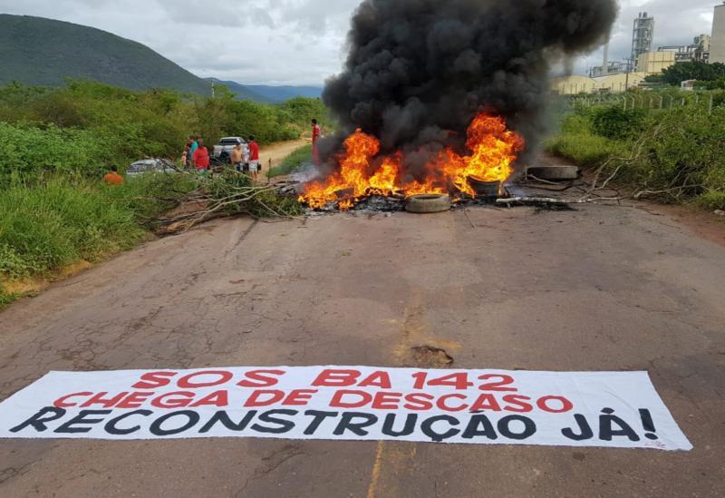 Manifestantes bloqueiam a BA-142, trecho entre os municípios de Tanhaçu e Ituaçu, cobrando reconstrução da via