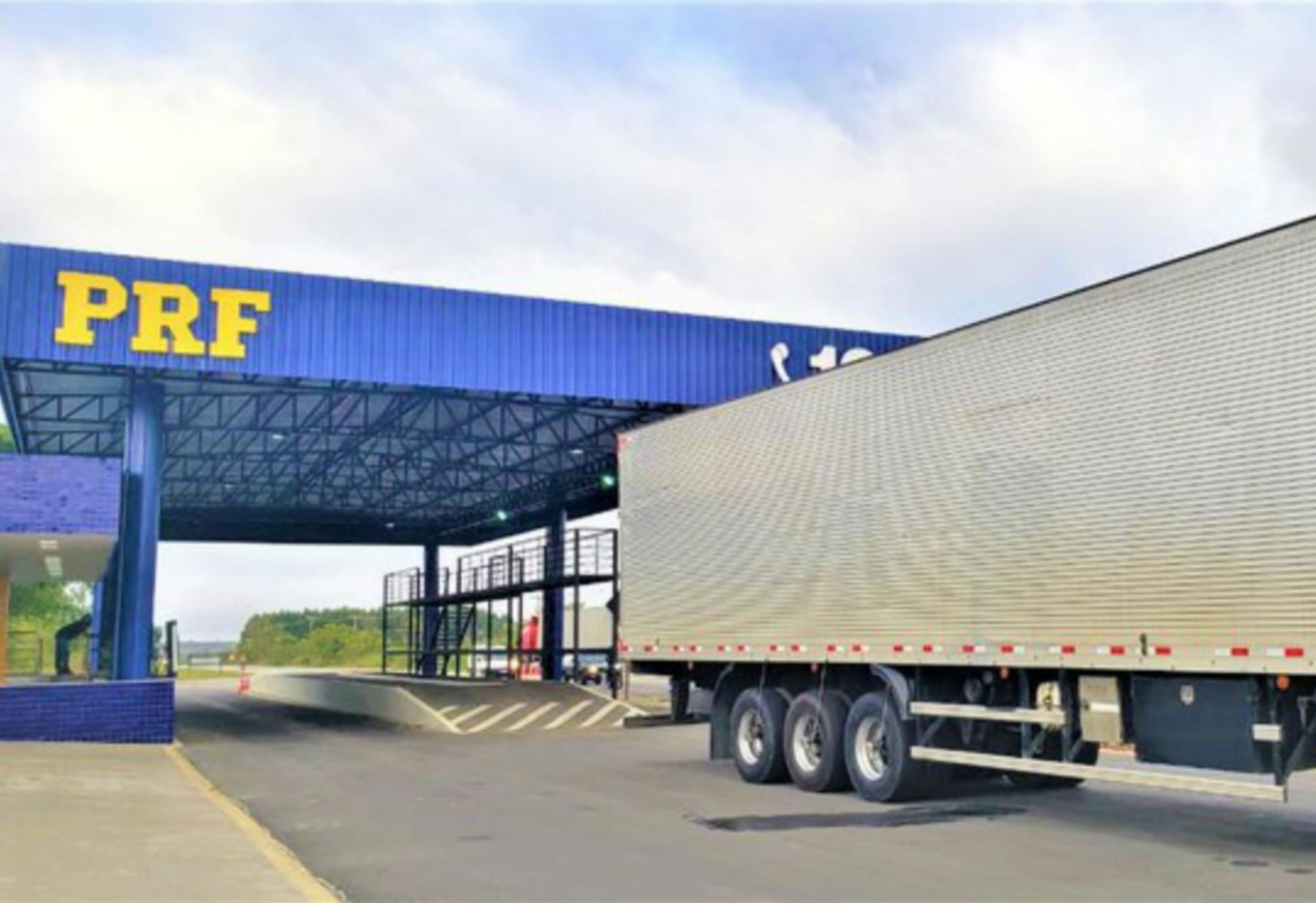 PRF flagra caminhão com 750 mil maços de cigarros brasileiros sem nota fiscal na BR 116 em Vitória da Conquista (BA)