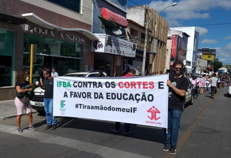 Manifestantes aderem a protestos nacionais  contra cortes na Educação e vão ás ruas de Brumado