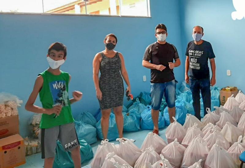 Bancários promovem entrega de cesta básica em Brumado