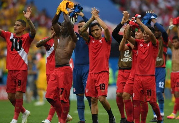 Eliminado, Peru vence Austrália que também dá adeus à Copa