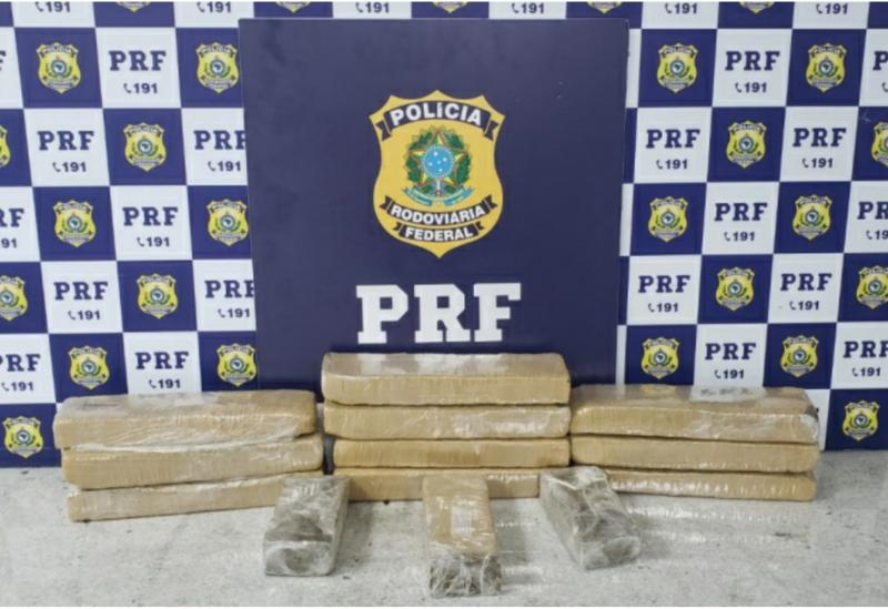 Após fuga e suspeito provocar acidente na rodovia, PRF encontra 10 Kg de maconha em carro alugado
