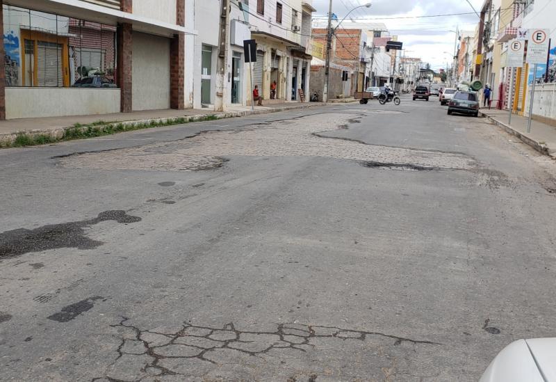 Brumado: Buracos e danos na capa asfáltica prejudicam o tráfego na Rua Exupério Pinheiro Canguçu