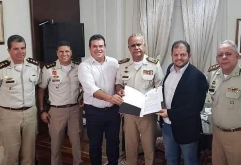 Deputado Marquinho Viana comemora convênio para o Colégio Municipal Militar de Belo Campo