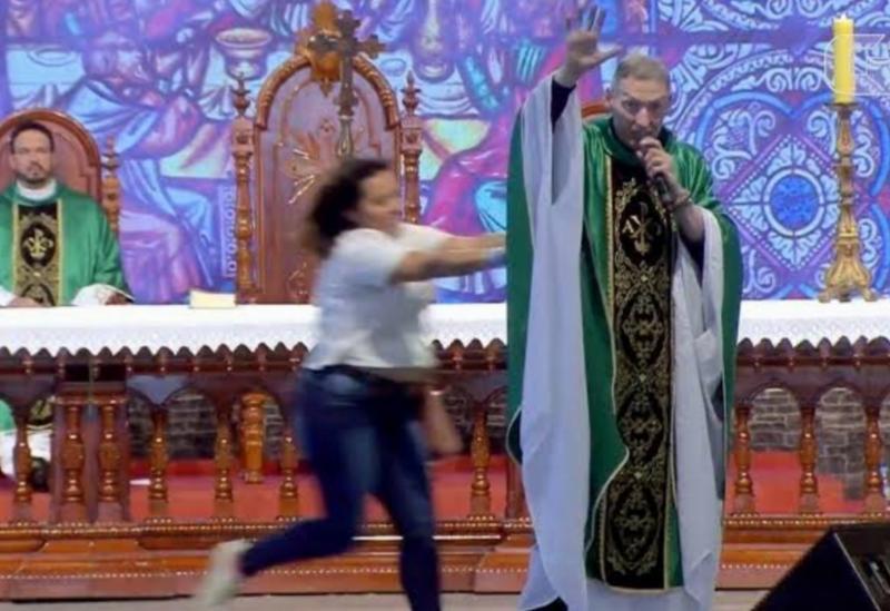 Durante missa, mulher empurra padre Marcelo Rossi do palco em SP