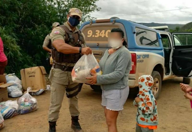 Polícia Militar entrega alimentos e agasalhos à famílias em Ituaçu