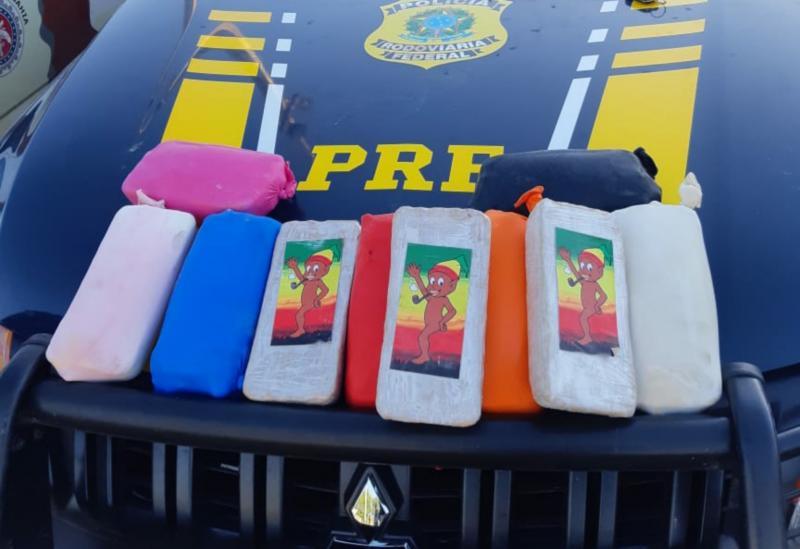 Brumado: Tabletes de pasta base de cocaína são encontrados em tanque de combustível de carro marcados com figura alusiva ao Saci Pererê