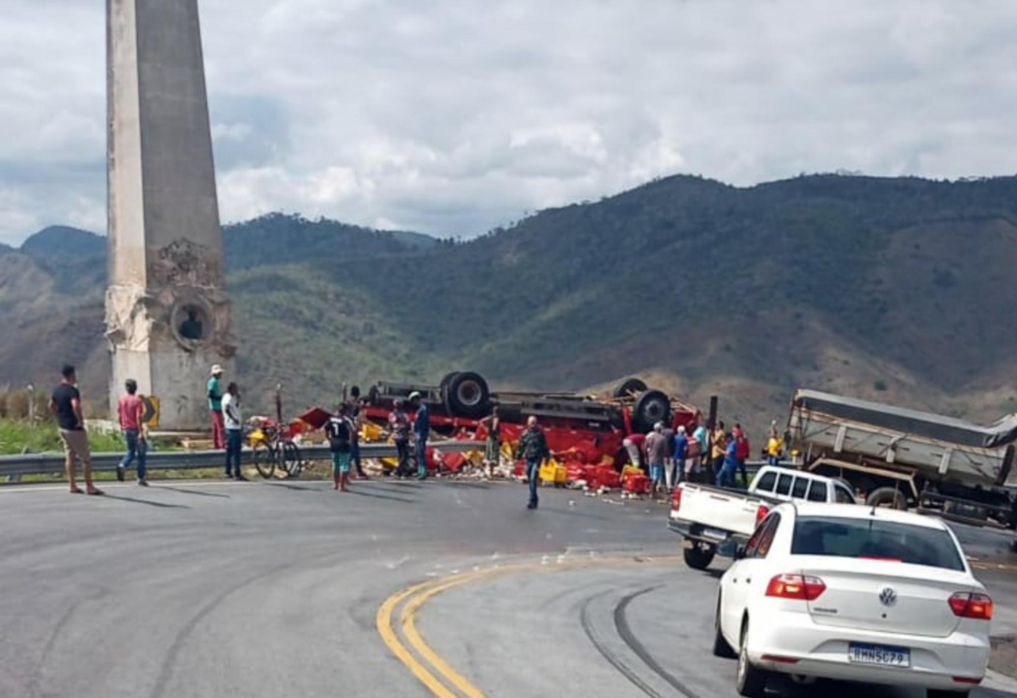 Quatro pessoas fixam feridas após capotamento na Serra do Marçal