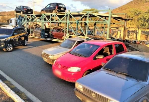 PRF aborda caminhão cegonha e flagra compartimento de carga 'recheado' com veículos em situação irregular