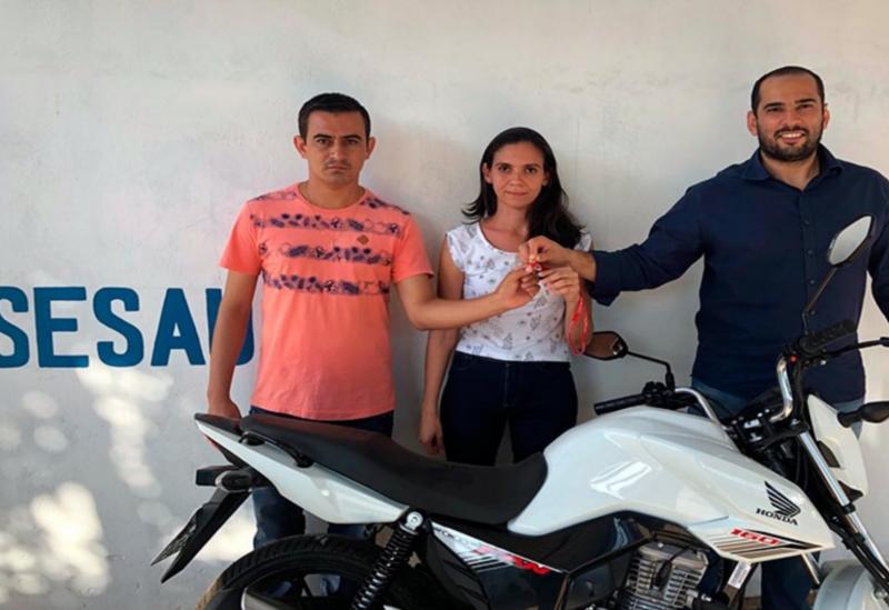 Buscando ampliar as ações de combate a Dengue em Brumado, Sesau entrega motocicleta à VIGEP