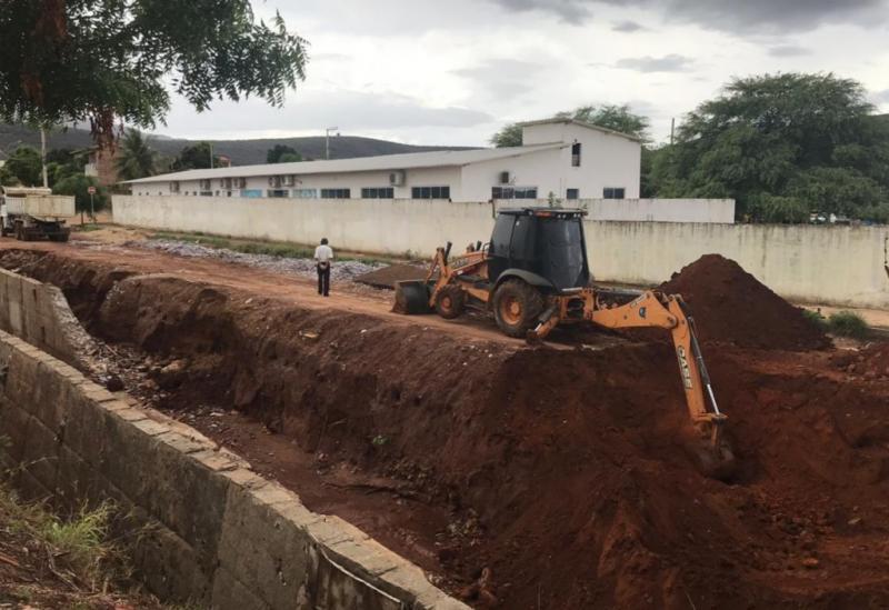 Brumado: Empreiteiro garante a Vereadores que reestruturação em obra de canalização do Riacho do Bufão será realizado sem prejuízos ao erário público
