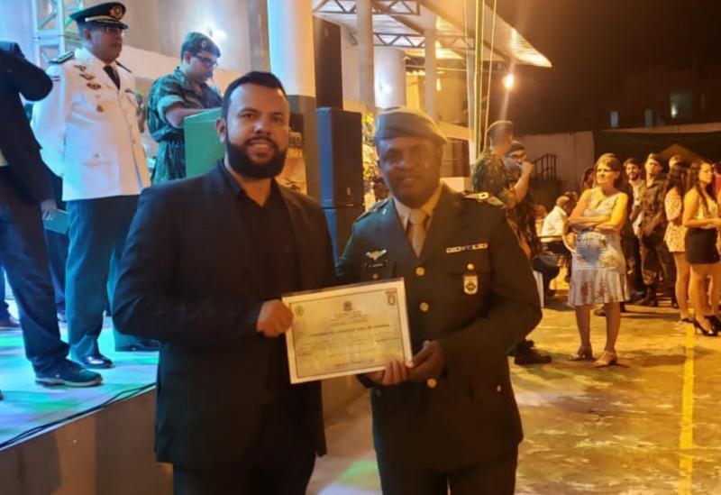 Brumado: BetoBonellyrecebe 'Diploma Amigo de Tiro de Guerra'