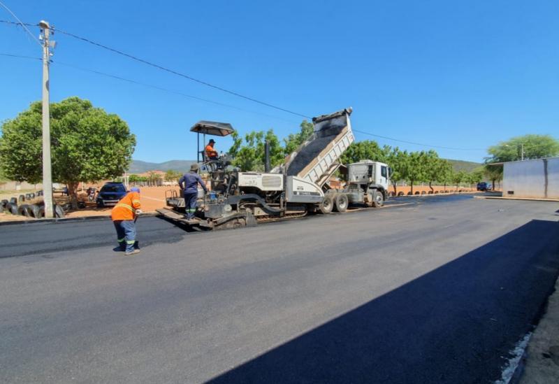 Brumado: prefeitura realiza obras de pavimentação asfáltica em torno da escola Idalina Azevedo
