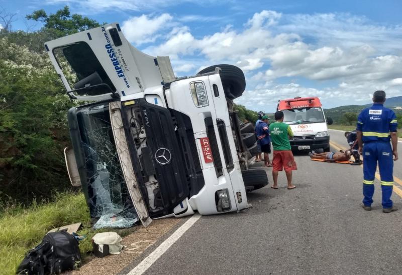 Carreta de empresa brumadense tombou na BR-030, sentido Brumado aSussuarana