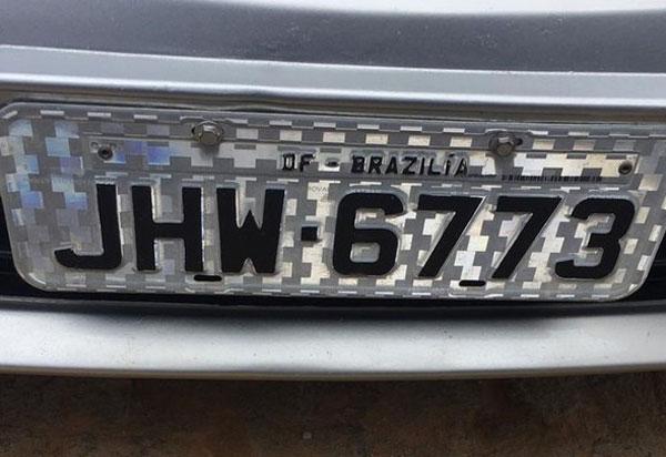 Erro de ortografia: mecânico é preso suspeito de falsificar placa de carro; Brasília aparece escrito na placa com 'Z'