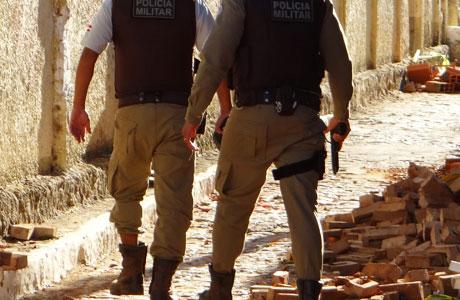 Bandidos assaltam farmácia e esquecem celular com fotos deles