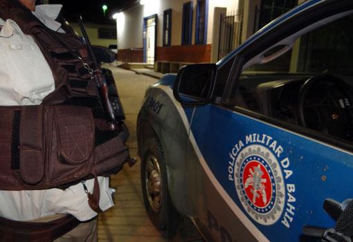 Dupla armada invade casa no Bairro Baraúnas e ameaça durante assalto atear fogo em vítimas