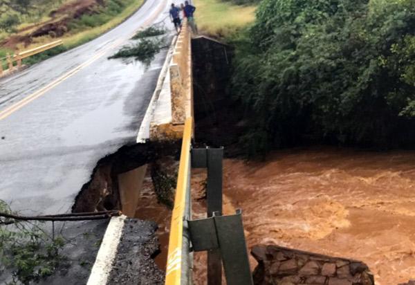 Após fortes chuvas, ponte na BA-148 está comprometida